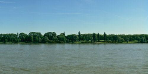 Eine Panorama-Aufnahme des Bonner Rheinufers in Gronau