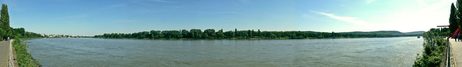 Ein Panorama des Bonner Rheinufers